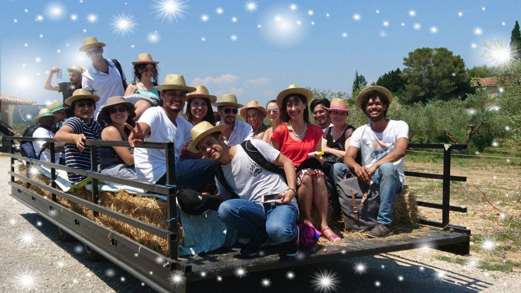 Des animations conviviales pendant les vacances de Noël au Domaine L'Oulivie : Balades en tracteur dans l'oliveraie suivies d'une dégustation des huiles d'olive primeurs