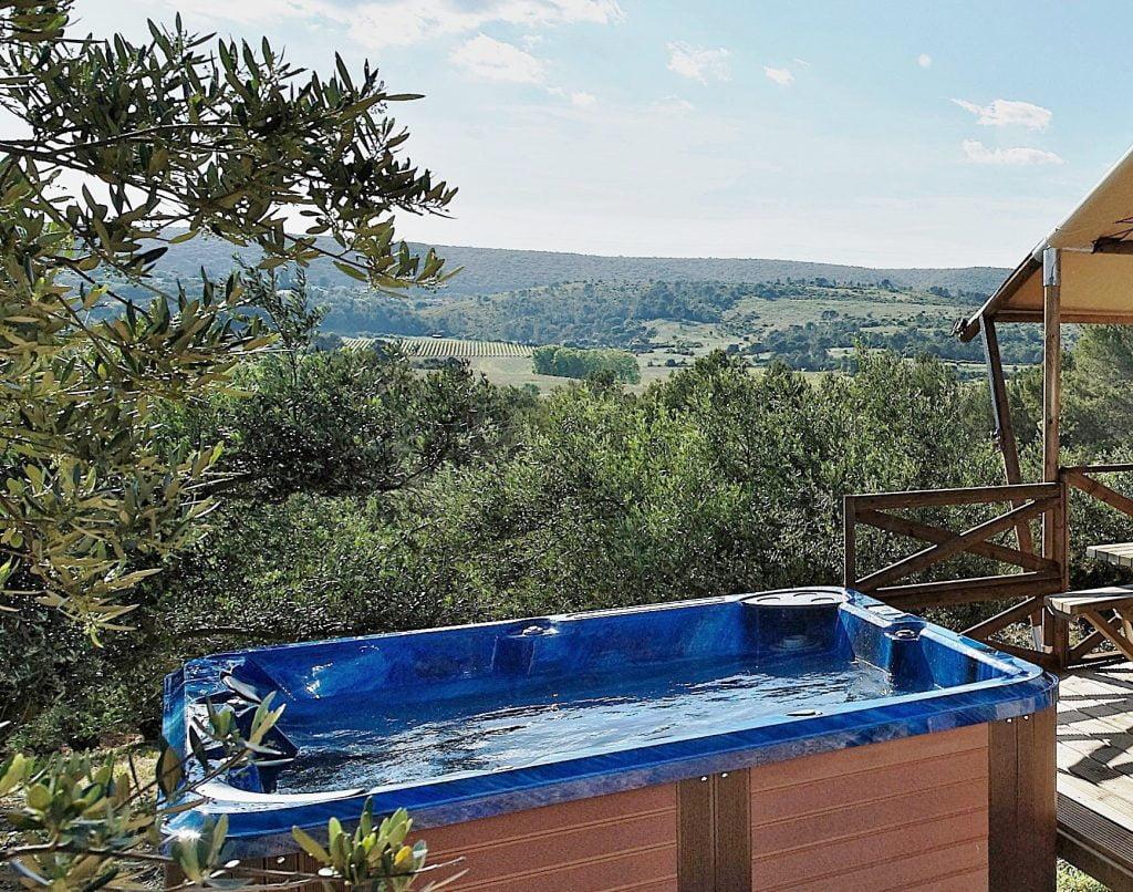 Pour la Saint Valentin, offrez un moment de détente avec jacuzzi privé et champagne au cœur de l oliveraie du Domaine L Oulivie