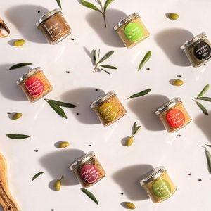 Les moutardes du Domaine L'Oulivie. Onctueuses et savoureuses à souhait,elles accompagneront subtilement vos viandes et légumes de saison.